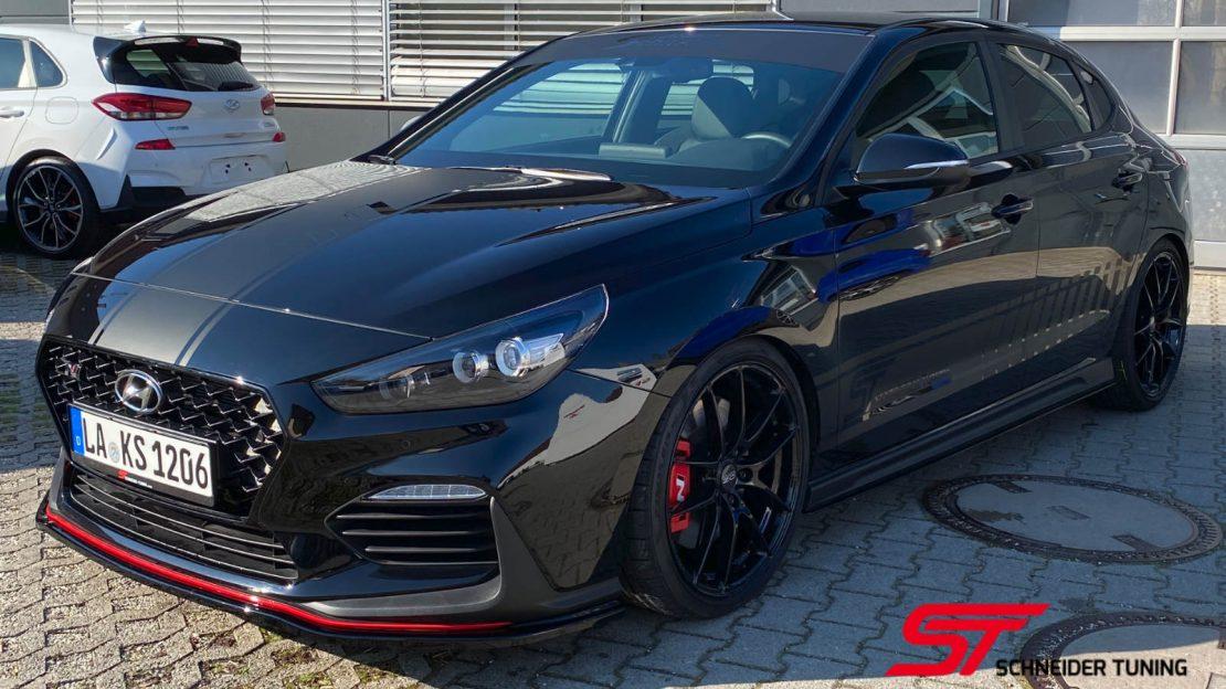 i30-fastback-schwarz-vorne-seite-2